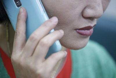 COVID: ползвай смартфона със слушалки