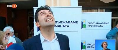 Кирил Петков се оглежда откъде се сипе водата.  Кадър: БНТ