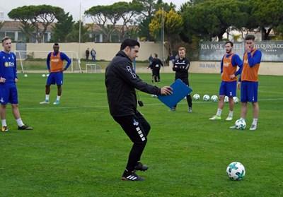 """Груев разяснява тактически вариант на играчите си в Португалия. Снимка: фейсбук на """"Дуисбург"""""""