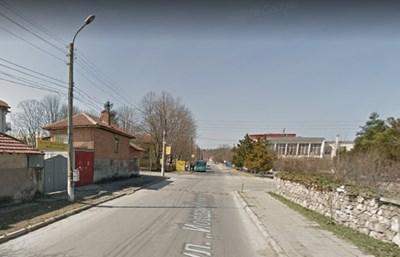"""Произшествието е станало около 18 часа на ул. """"Йордан Йовков"""", в района на кръстовище с ул. """"Димитър Талев""""  СНИМКА: Гугъл стрийт вю"""