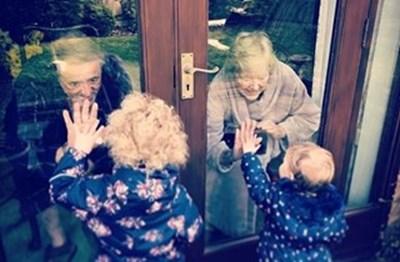81-годишните Рей и Тереза се радват на правнучките си, които са дошли да ги видят, докато двамата са в самоизолация.