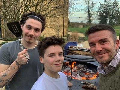 Дейвид Бекъм прави скара със синовете си в къщата им в английската провинция.