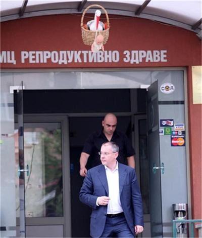 """Сергей Станишев излиза от болницата, след като видя сина си за първи път. Снимка: """"24 часа"""""""