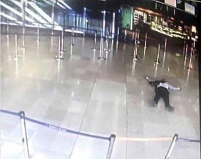 Нападателят, който бе застрелян на летище Орли в Париж, е идентифициран вече като Зиед бен Белгасем и имал богато съдебно досие за престъпления. Снимка РОЙТЕРС