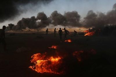 Демонстранти край границата с ивицата Газа СНИМКА: Ройтерс