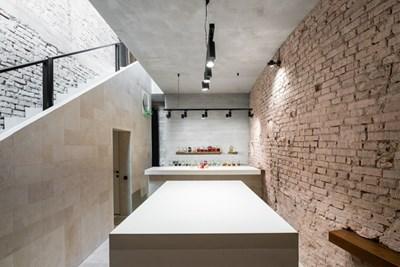"""В бар """"Вода"""" няма сепарета, а тухлените стени са част от историята на сградата"""