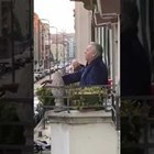 Пласидо Доминго пее от балкона