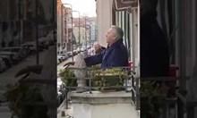 """Армандо Ариостини пее """"Набуко"""" на Джузепе Верди от балкона си"""
