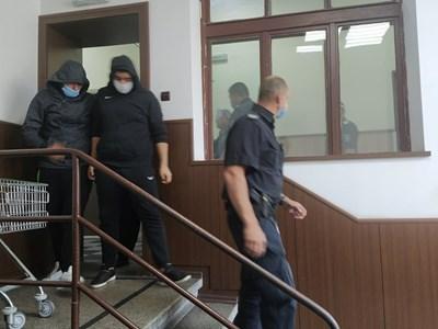 Костадин, синът на Катя Лерца /вляво/ и сподвижниците му криеха лицата си. Снимки: Авторката