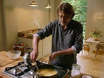 Найджъл Слейтър смята, че изостаналите кокали от коледното печено са злато, което лесно може да се превърне във вкусно ястие със зеленчуци и картофено пюре.