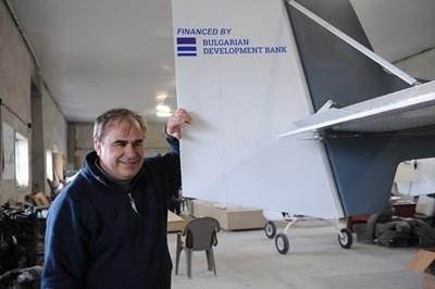 Тони Илиев до опашката на самолета, брандирана с логото на Българската банка за развитие СНИМКА: Алексей Димитров