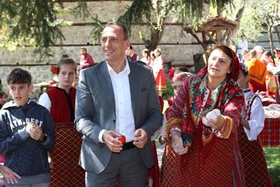 Кметът Георги Икономов извади първото червено яйце.