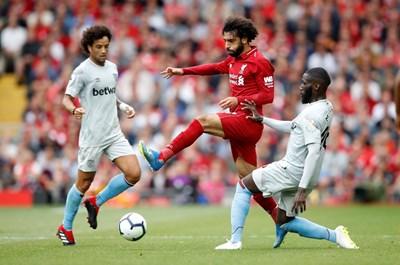 """Нападателят на """"Ливърпул"""" Мохамед Салах (в средата) се опитва да премине между двама от """"Уест Хем"""" в мач от първия кръг във Висшата лига, завършил 4:0 за """"червените"""".  СНИМКИ: РОЙТЕРС"""