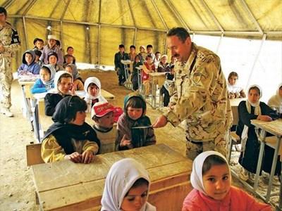 Военният ни аташе в Афганистан полк. Митко Троански зарадва деца от 4-и клас.  СНИМКИ: БЪЛГАРСКА ВОЕННА МИСИЯ В АФГАНИСТАН