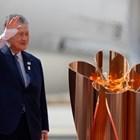 Президентът на организационния комитет на олимпийските игри в Токио Йоширо Мори пръв свали олимпийския огън на японска земя. СНИМКА: Ройтерс