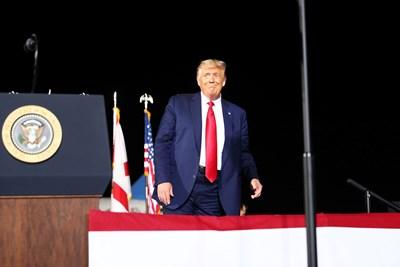 Преди да гласува, Тръмп говори на митинг в Пенсакола, Флорида. СНИМКА: РОЙТЕРС