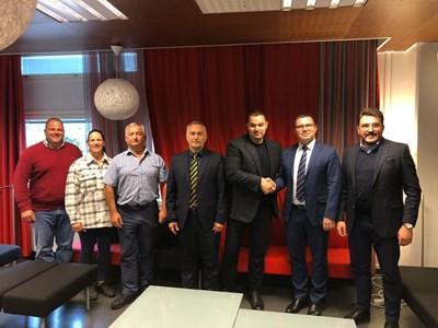 Президентът на БФВТ Ариф Маджид с част от членовете на Изпълнителнияборд на Европейската асоциация по вдигане на тежести веднага след решението за домакинството на София.