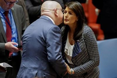 Руският и американската представителка в ООН се целуват преди началото на извънредното заседание на Съвета за сигурност. СНИМКА: РОЙТЕРС
