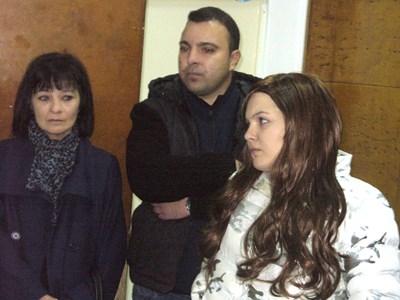 Мария /вдясно/ дойде днес в съда заедно с майка си и брат си. СНИМКА: Ваньо Стоилов