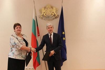 Министърът на околната среда и водите Нено Димов и изпълняващият длъжността кмет на община Червен бряг Вергиния Василева подписаха договор за укрепване на свлачища. Снимка: МОСВ