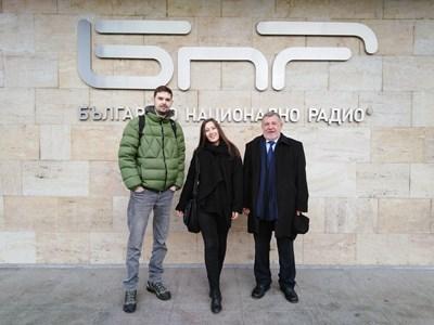 Проф. Стефан Драгостинов (вдясно) със своите отличени възпитаници Емерих Амбил и Десислава Георгиева