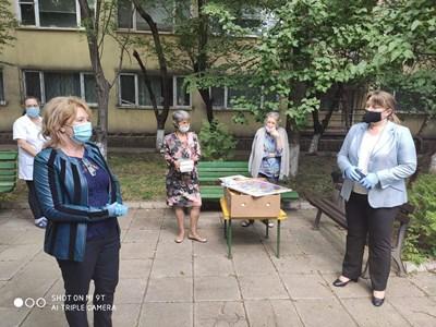 """Сачева посети дома за стари хора """"Дълголетие"""" и подари книги в навечерието на 24 май."""