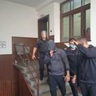 В окръжния съд Костадин Костадинов (вдясно) през цялото време криеше лицето си