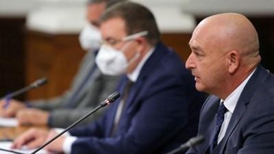 Началникът на ВМА и шеф на националиня оперативен щаб ген. Венцислав Мутафчийски се включи в брифинга в МС. До него е министър Костадин Ангелов.