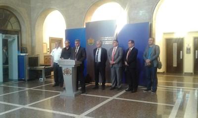 Премиерът Янев: От утре забрана за почистване на стърнища, огънят тръгвал от сухи треви