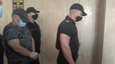 Полицаи водят Рагевски към съдебната зала.