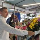 Димитър Колев купи големи букети за изписването на новородената му дъщеря Ивайла. Снимки: Авторът