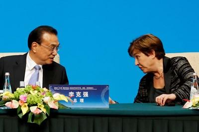 """Изпълнителният директор на Международния валутен фонд (МВФ) Кристалина Георгиева разговаря с китайския премиер Ли Кецян преди пресконференция след срещата на кръглата маса """"1+6"""" в Пекин, Китай СНИМКА: РОЙТЕРС"""