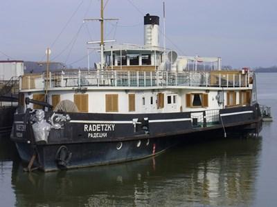 """Корабът """"Радецки"""" днес на козлодуйския бряг. СНИМКА: Ваньо Стоилов"""