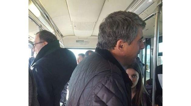 Виж как бившите президенти Петър Стоянов и Росен Плевнелиев се возят в автобус на летище. Демонстрирали, че не се познават
