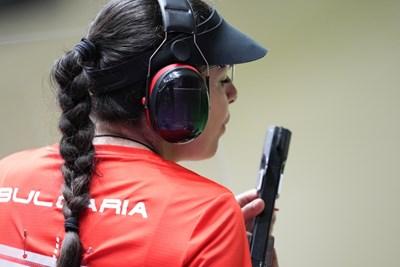Антоанета Костадинова по време на прецизната стрелба от квалификациите на 25 м пневматичен пистолет на олимпийските игри в Токио. СНИМКА: ЛЮБОМИР АСЕНОВ, LAP.BG