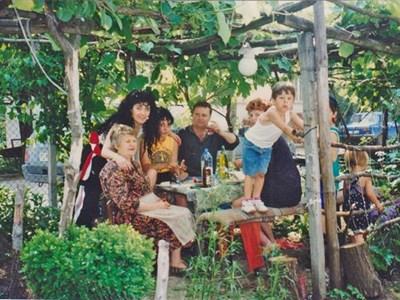 Многобройните потомци на емигранта Матей в България - внуците му Христо и Николай (на малките снимки) и Дончо с дъщерите и внуците си, щастливи, че са намерили синовете на Матей в САЩ и Хондурас Ефрейн и Марио .  СНИМКИ: ИВАНКА ИВАНОВА И АНАБЕЛА ЛАУРОРА