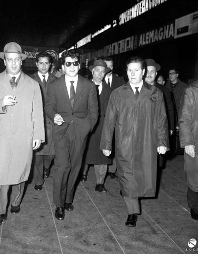 Милуш Солаков (с очилата) при пристигането си в Рим на 4 януари 1963 г.