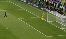 Необмислено действие на френския вратар Юго Лорис помогна на Манджукич да намали на 2:4