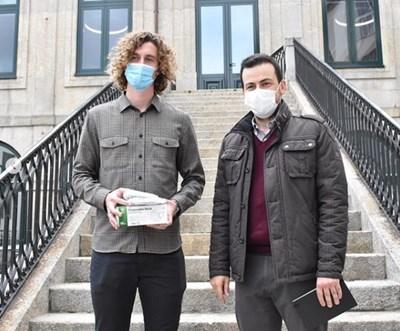 """Божидар Краев (вляво) държи предпазни маски и медикаменти - стотици от които дари на социалния дом """"Санта Каса Мисерикордиа"""" в Барселуш."""
