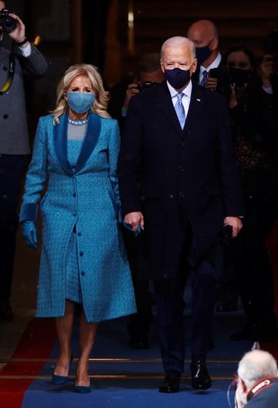 Джо Байдън и съпругата му Джил пристигат на церемонията.