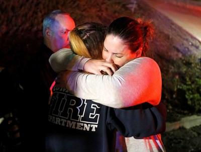 Оцелели се прегръщат след стрелбата. СНИМКА: РОЙТЕРС