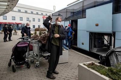 Изгонените от Чехия руски дипломати напускат страната.