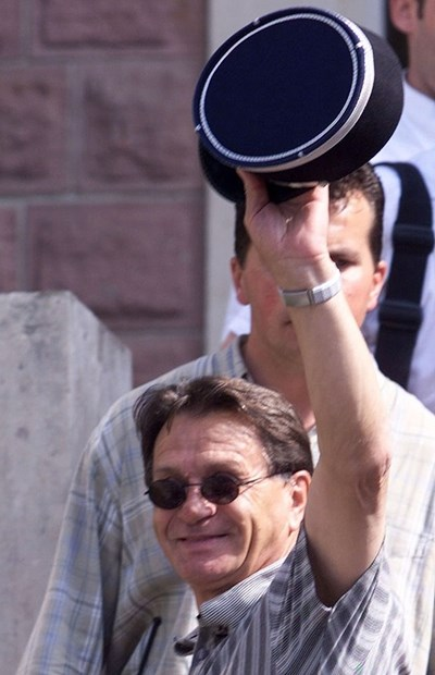 1998 г. Мирослав Блажевич показва френската полицейска фуражка, която донесе късмет на отбора. СНИМКА: РОЙТЕРС