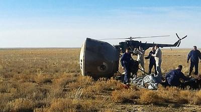 Спасителен екип на мястото на аварийното кацане