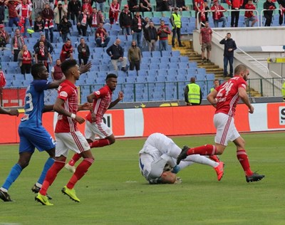 Николай Михайлов е овладял топката във вечното дерби. СНИМКА: Румяна Тонева