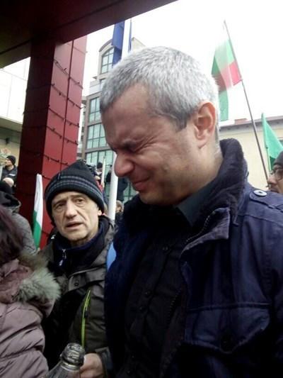 Костадинов мижи с очи, обгазен Снимка: Фейсбук