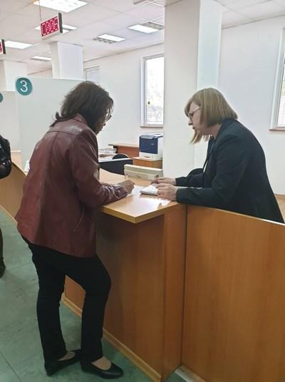 Служителите от НОИ помагат при попълването на заявленията за двойната формула.