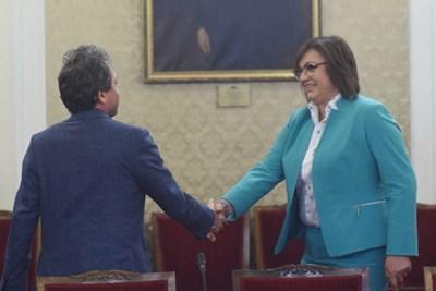 Председателите на двете партии Корнелия Нинова и Тошко Йорданов се ръкуват преди срещата. СНИМКА: Велислав Николов