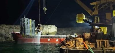 Спряха временно операцията по спасяването на заседналия кораб