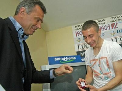 Спас Джевизов прибира наградата за играч на месеца на Антон Карачанаков, която младокът изпусна след награждаването си вчера. СНИМКА: Ивайло Дончeв